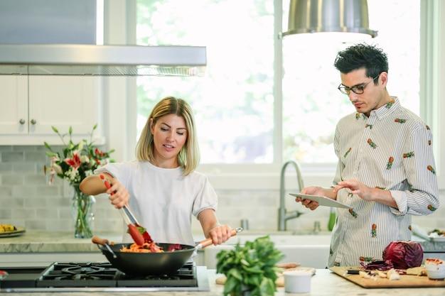 台所で料理をするカップル