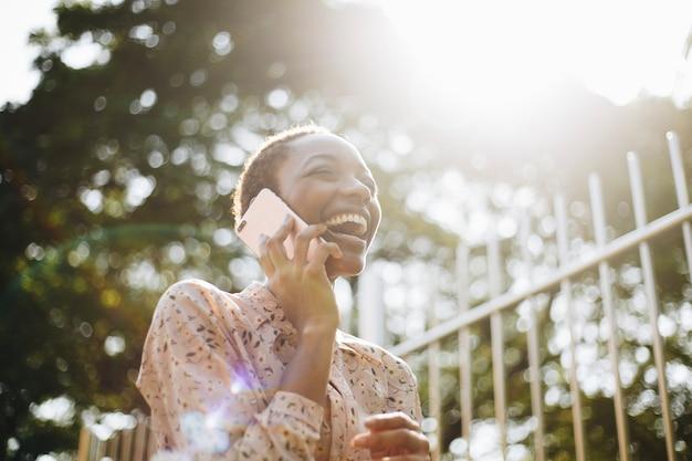 電話で幸せな女