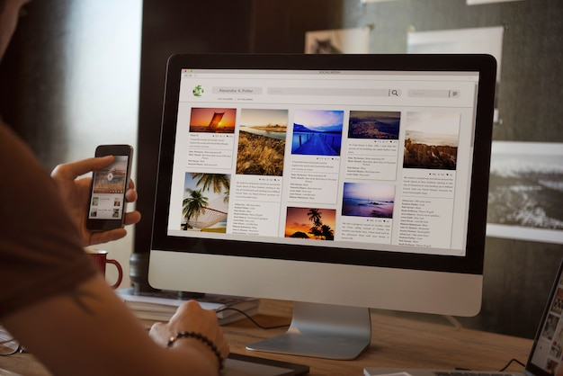 彼のコンピューターの写真を見ている男