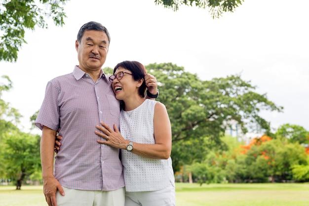 Досуг пожилая пара вне концепции