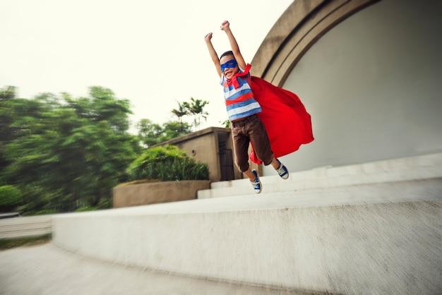 Концепция счастья свободы воображения маленького мальчика супергероя