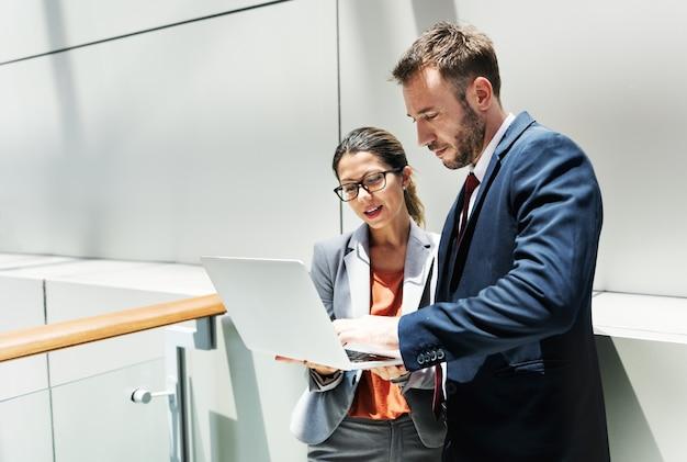 Концепция партнерства обсуждения корпоративного офисного работника