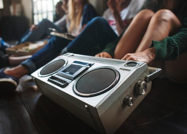 友達が音楽を聴く