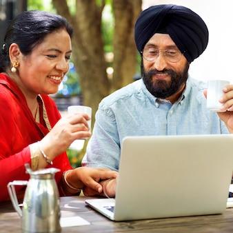 愛情のあるインドの年配のカップル