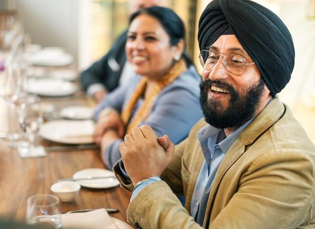 レストランで食事をするビジネス人々