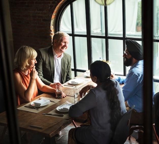 一緒に食事をするビジネス人々のコンセプト