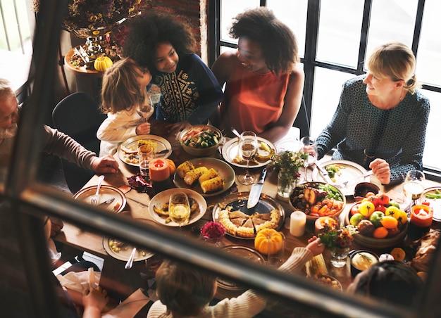 子供たちが感謝祭のディナーのお祝いのコンセプトにキス