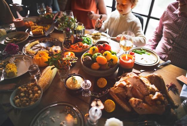 人々は感謝祭の日を祝っています