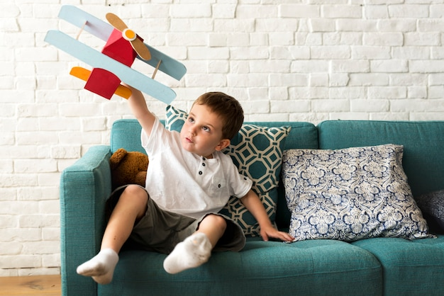 Мальчик играет самолет игрушка стремление