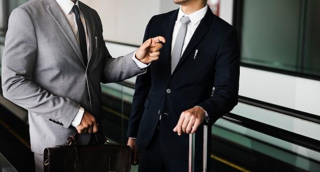 ビジネス男性旅行荷物エスカレータートーク