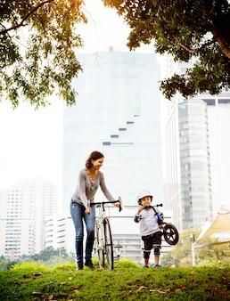 母と息子は公園でサイクリング
