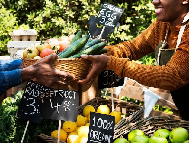 Человек владелец свежих продуктов органический магазин