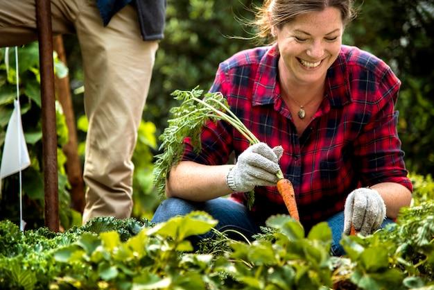 田舎でガーデニングの女性農家
