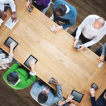 デジタルデバイスの概念を使用して多様なビジネス人々のグループ