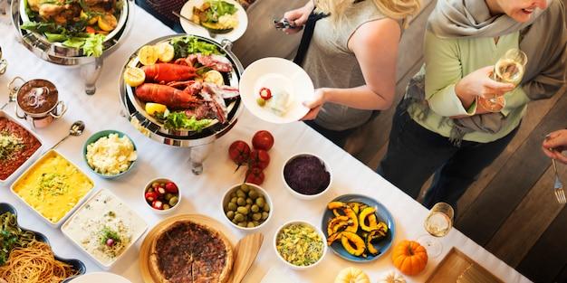 ブランチの選択群衆ダイニング食事のオプションを食べるコンセプト