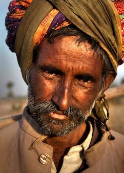 Индийский мужчина пасет овец