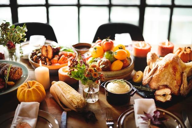 感謝祭のお祝いの伝統的な夕食のテーブルセッティングのコンセプト