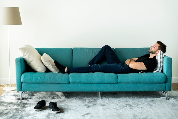 Человек спит на диване