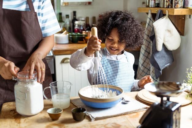 Веселый мальчик, выпечки на кухне