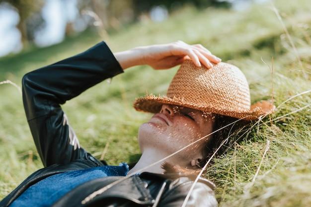 Женщина вздремнуть на траве