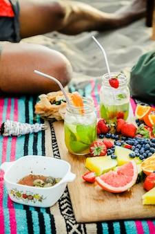 ビーチピクニックをしている友人
