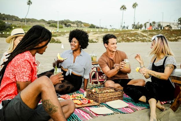ビーチでピクニックをしている友人