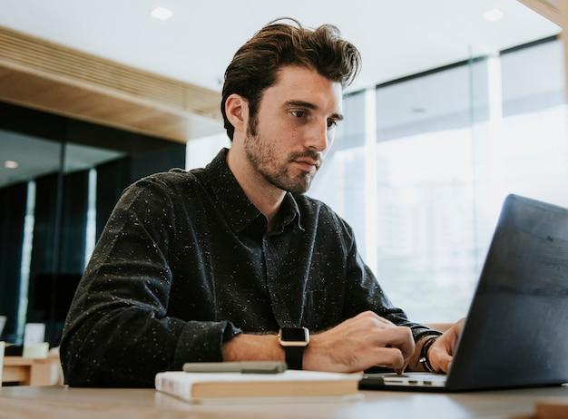 コンピューターで作業する人