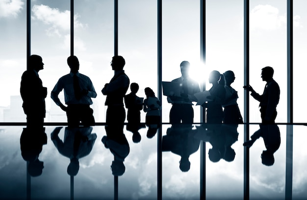 Группа деловых людей обсуждают в конференц-зале.