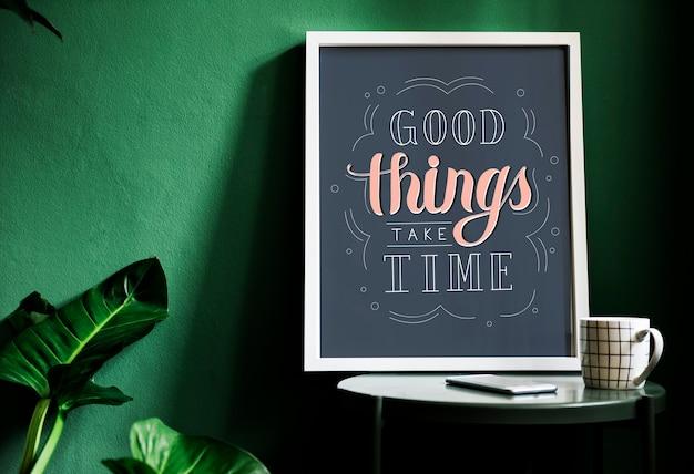 Мотивация типография печать на столе на фоне зеленой стены
