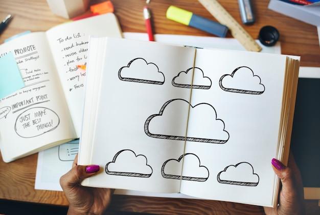 本から雲について読む女