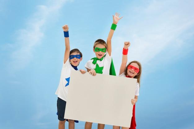 Супергерой мальчик девочка храбрая концепция воображения