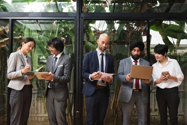 ビジネス企業の人々作業コンセプト