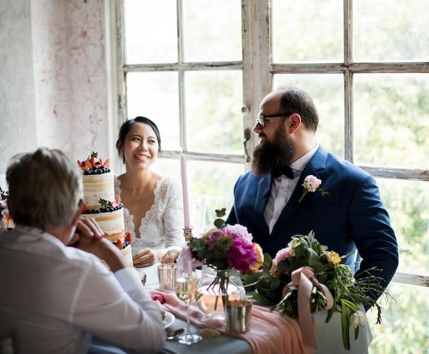 新婚カップルの陽気な結婚披露宴