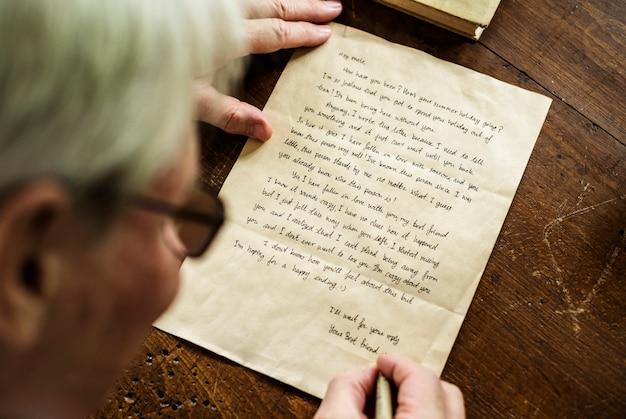 年配の男性人の手紙を書くのクローズアップ