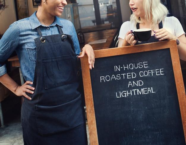 カジュアルなコーヒーショップの同僚の陽気なコンセプトを破る