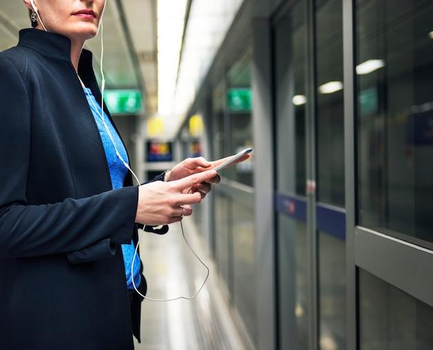 地下鉄のターミナル交通機関のコンセプトを待っている女性