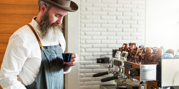 バリスタ準備コーヒーワーキングオーダーコンセプト