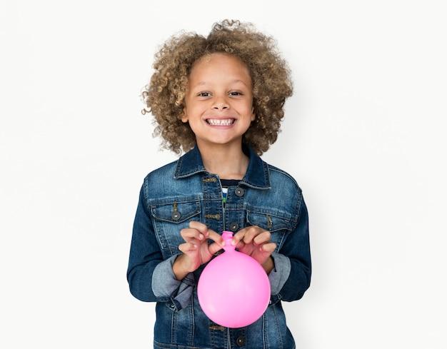 Портрет маленького мальчика африканского происхождения с изолированным воздушным шаром