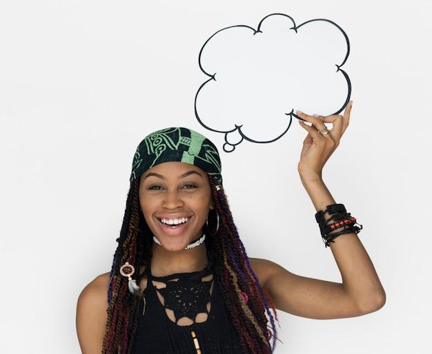 Женщина африканского происхождения, держащая речи пузырь