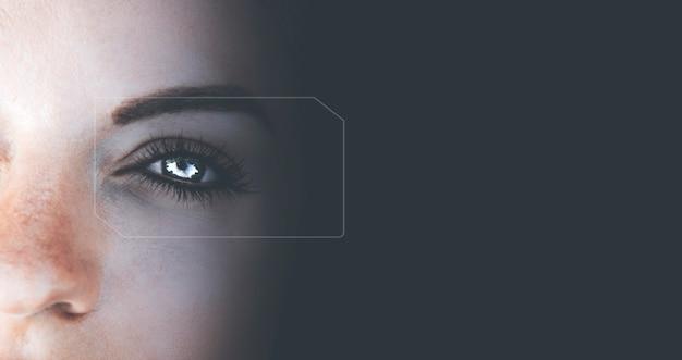 鮮やかな青い目
