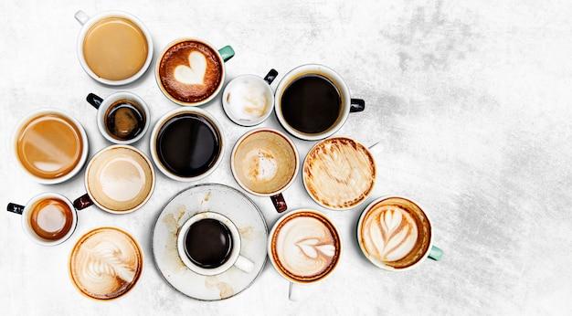 織り目加工の背景に盛り合わせコーヒーカップ