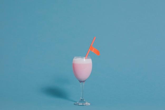 Милый розовый необычный напиток в бокале