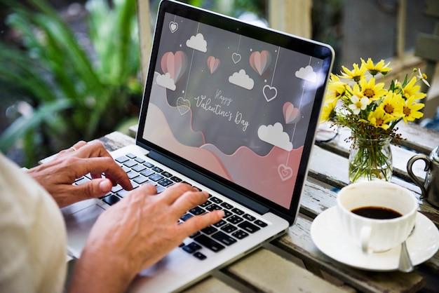 幸せなバレンタインデーとノートパソコンの画面
