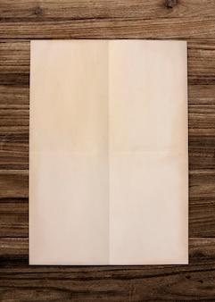 木製の背景に紙のモックアップ