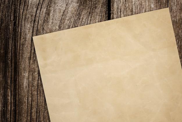 ウッドの背景上の紙