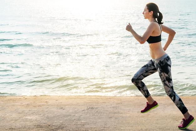 Здоровый женский бегун