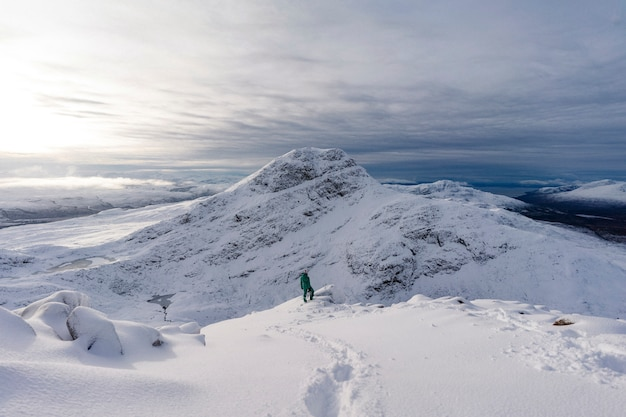雪に覆われた山でのトレッキング