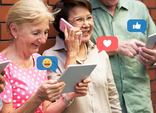 Пожилые люди в социальных сетях