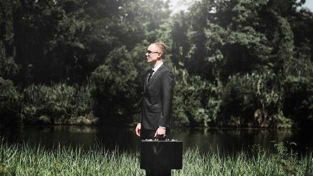 自然の中でビジネスマン
