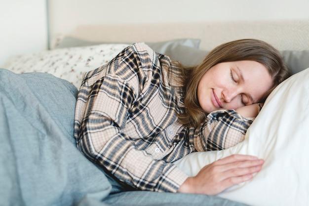 ベッドで寝ている白人女性